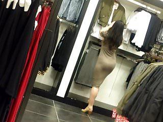 Chinita entallada en vestido marcando culo
